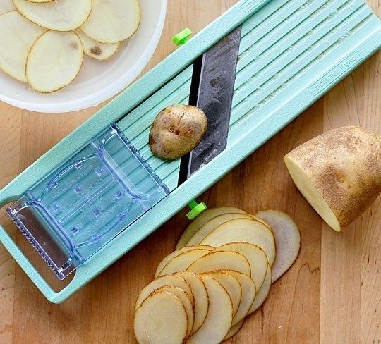 Тонко нарежьте картофель